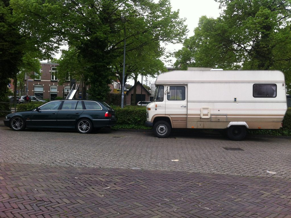 side view of BMW E39 Touring and Mercedes L608D camper
