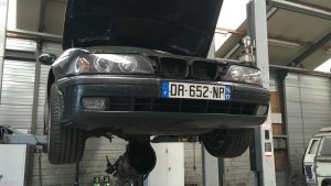bmw e39 on car hoist with gearbox under the car